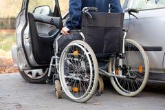 在轮椅的汽车司机 免版税库存图片