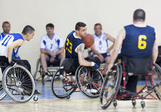 在轮椅的篮球完全残疾球员的 免版税库存图片