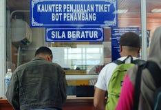 在轮渡售票台的日常生活 免版税库存照片