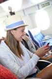 在轮渡的互联网上联络的旅游妇女 免版税库存照片