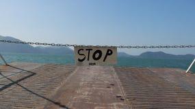 在轮渡的停车牌对酸值张,泰国 库存照片