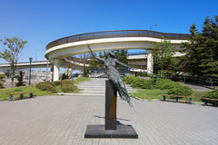 在轮渡纪念船博物馆Mashu maru附近的纪念碑在函馆 免版税库存照片