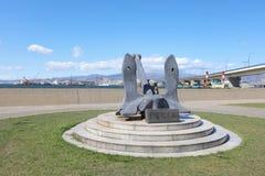 在轮渡纪念船附近的纪念碑在函馆,北海道,日本 免版税库存图片