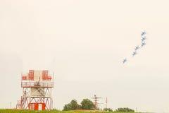 在轮的喷气式歼击机飞行在有定位器的一个机场 免版税库存照片