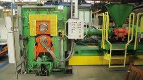 在轮胎工厂的现代机器准备橡胶磁带 影视素材