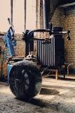 在轮胎更换者机器附近的被打开的汽车` s轮胎 免版税库存图片