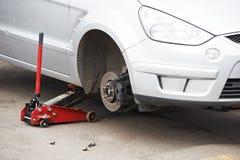 在轮胎替换期间的汽车 图库摄影