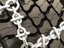 在轮胎的钢链子 免版税库存照片