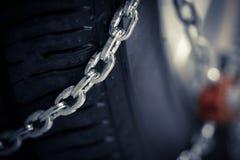 在轮胎的雪链子 免版税库存图片