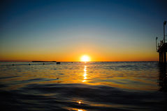 在软的波浪的海日出 免版税库存图片