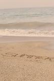 在软的湿沙子写的夏天在海滩,迪拜1 2017年9月 库存图片