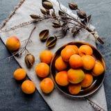 在软膜的金属的杏子被堆积 库存图片