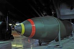 在轰炸机下的空投炸弹 免版税库存照片