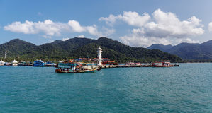 在轰隆鲍码头的灯塔在张岛在泰国 库存照片