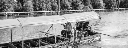 在轰隆Khun Thian海的长尾巴小船 图库摄影