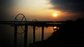 在轰隆khun thian海滩的日落 免版税库存照片