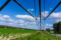 在轴上旋转在一个农业领域的供水系统,农业 图库摄影