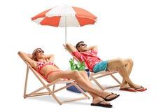 在轻便折叠躺椅的游人 免版税库存图片