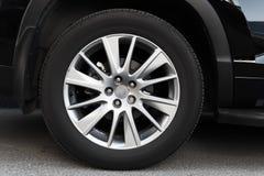 在轻合金圆盘的现代汽车轮子 库存照片