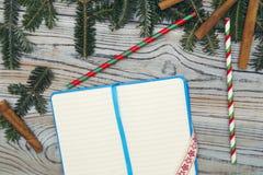 在轻的木破旧的背景的一个被打开的空白的笔记本 免版税库存照片