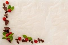 在轻的纸背景的五颜六色的糖果用莓果 甜点和甜点,自由空间框架  免版税库存图片