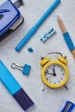 在轻的背景的五颜六色的学校用品 免版税库存图片