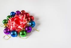 在轻的背景的红色圣诞节装饰 袋子看板卡圣诞节霜klaus ・圣诞老人天空 寒假题材 免版税库存照片