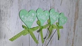 在轻的背景的绿色心脏 库存图片