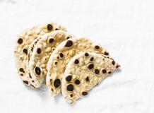 在轻的背景的自创整个五谷玉米粉薄烙饼 图库摄影
