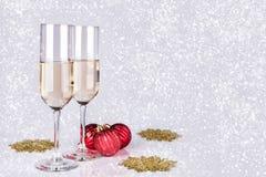 在轻的bokeh背景的两块香槟玻璃 库存照片