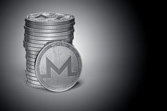 在轻轻地被点燃的黑暗的背景的Monero XMR cryptocurrency物理概念硬币堆 向量例证