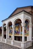在辉煌的圣所玛丹娜的神奇的水 免版税库存图片