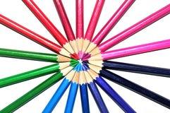 在辐形形状的五颜六色的铅笔在白色背景 免版税图库摄影