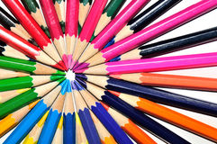 在辐形形状的五颜六色的铅笔在白色背景 免版税库存图片