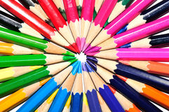 在辐形形状的五颜六色的铅笔在白色背景 免版税库存照片