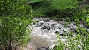 在辗压山风景的美丽如画的山小河用打反对岩石的冲的水 影视素材