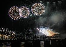 在辛辛那提地平线和铁路桥的烟花 免版税图库摄影