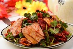 在辣味番茄酱的被切的牛肉和黄牛舌头 图库摄影
