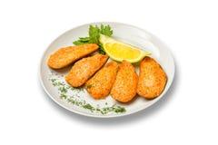 在辣调味汁下的被烘烤的淡菜用草本和柠檬在白色背景 免版税库存图片