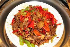 在辣调味汁的混乱油煎的煮沸的猪肉切片 免版税图库摄影