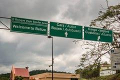 在边界的边界标志在伯利兹和危地马拉之间在圣附近 免版税库存照片
