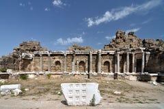 在边的古老废墟 库存照片