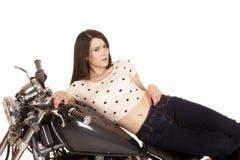 在边的妇女在摩托车汽油箱 库存照片