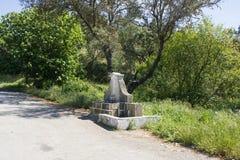 在边的老fontain在贝拉Baixa省,布朗库堡,葡萄牙的一条老路 免版税图库摄影