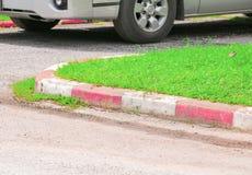 在边缘小径走道交通标志的红色和空白线路不可能停放或停止汽车 库存图片