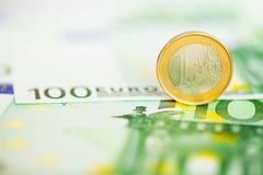在边缘的一枚欧洲硬币 免版税库存图片
