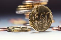 在边缘的五十分硬币 开户欧洲欧元五重点一百货币附注绳索 钞票概念性货币欧元五十五十 在彼此堆积的欧洲硬币用不同的位置 免版税图库摄影