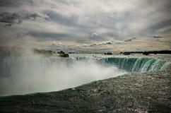 在边缘-尼亚加拉瀑布 免版税库存照片