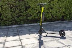 在边路停放的一辆电滑行车 免版税库存照片