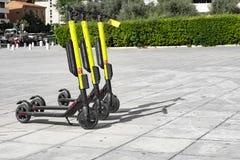 在边路停放的少量电滑行车 免版税图库摄影